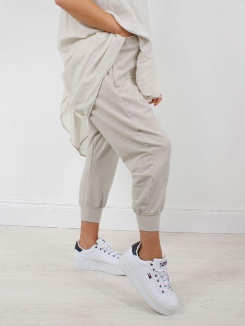 Model wearing Cilento Woman Harem Joggers in Beige